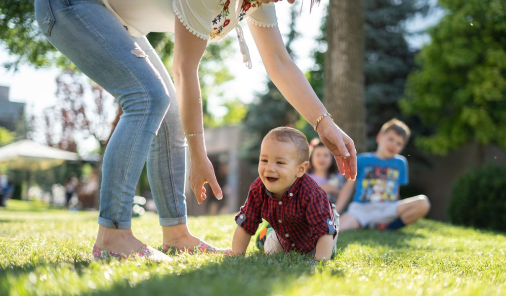 子供と遊ぶ女性