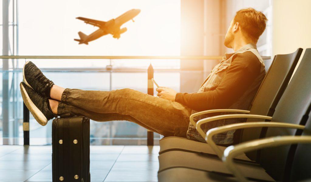空港で待っている男性